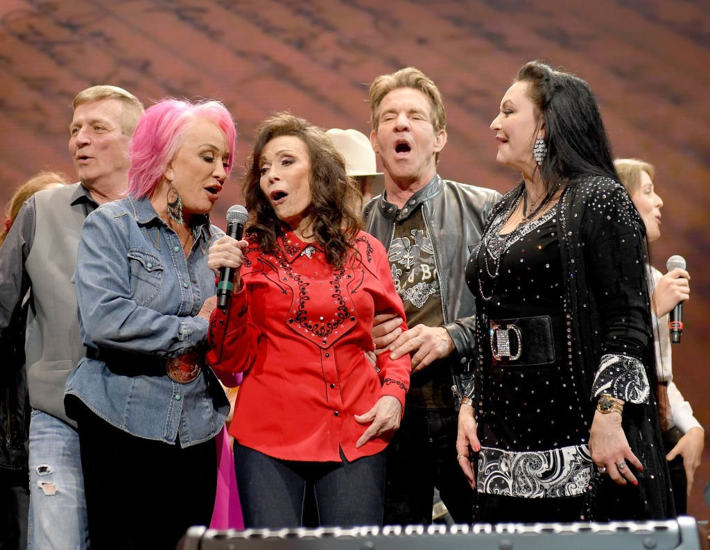 Tanya Tucker, Loretta Lynn, Dennis Quaid and Crystal Gayle and others during Loretta's birthday celebration | Photo: Getty Images
