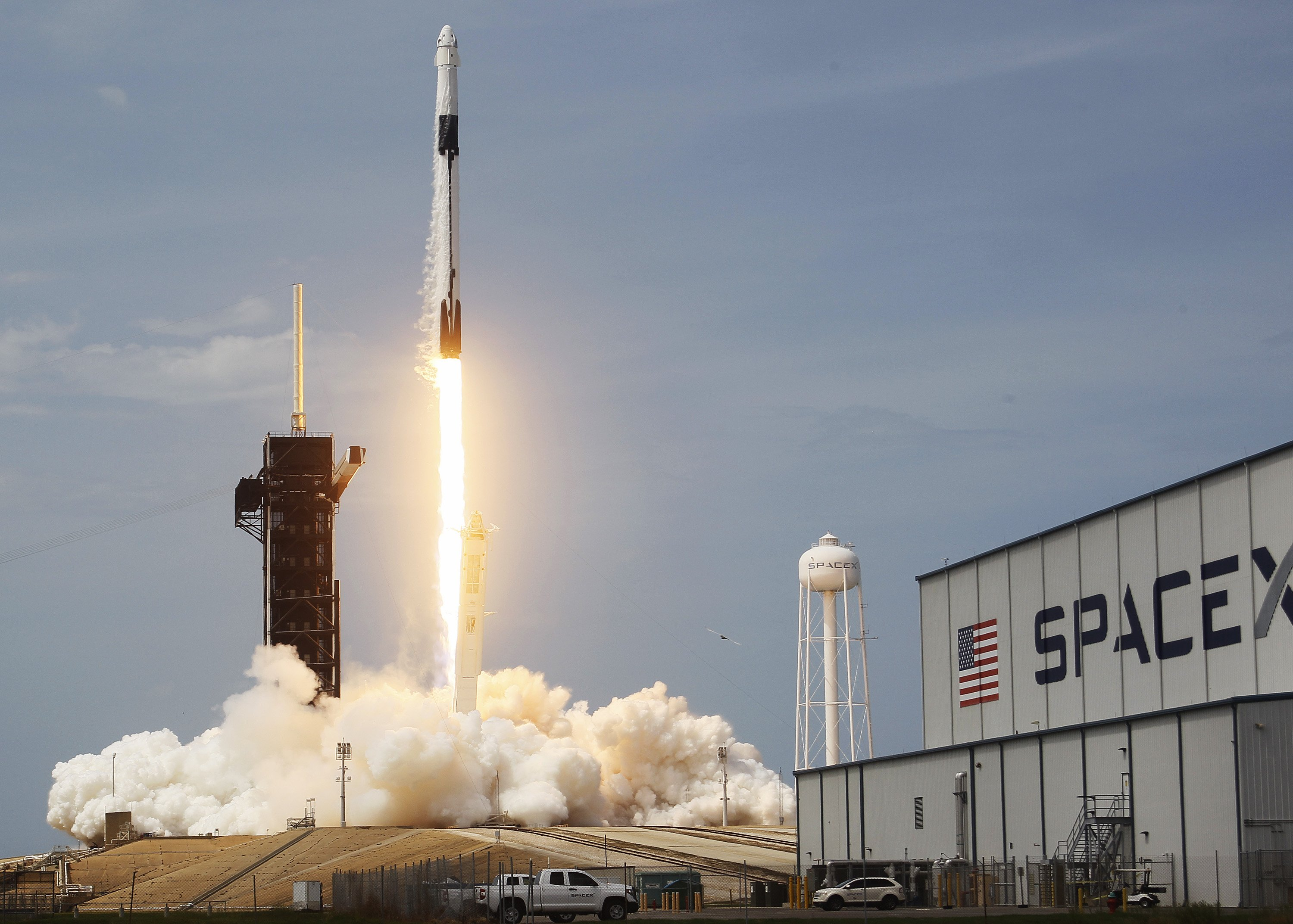 The SpaceX Falcon 9 rocket with the manned Crew Dragon spacecraft attached taking off at the Kennedy Space Center in Cape Canaveral, Florida | Photo: Joe Raedle/Getty Images