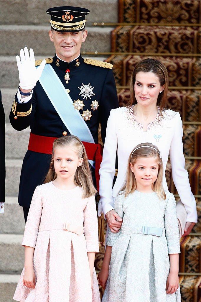 El rey Felipe VI y la reina Letizia junto a sus hijas Leonor y Sofía. Fuente:Getty Images