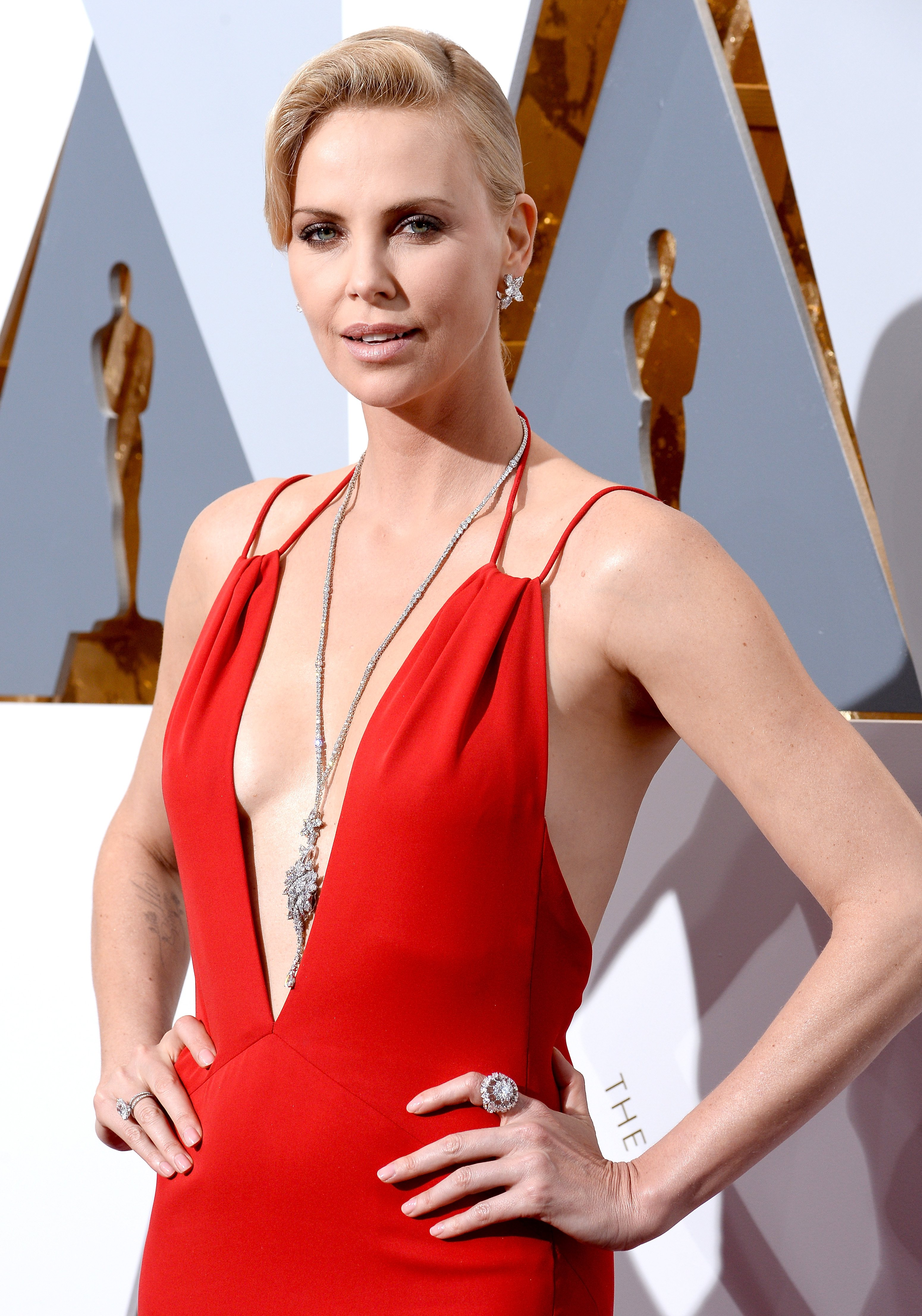 Charlize Theron in a red Dior dress at the 2016 Oscars | Photo: Getty Images