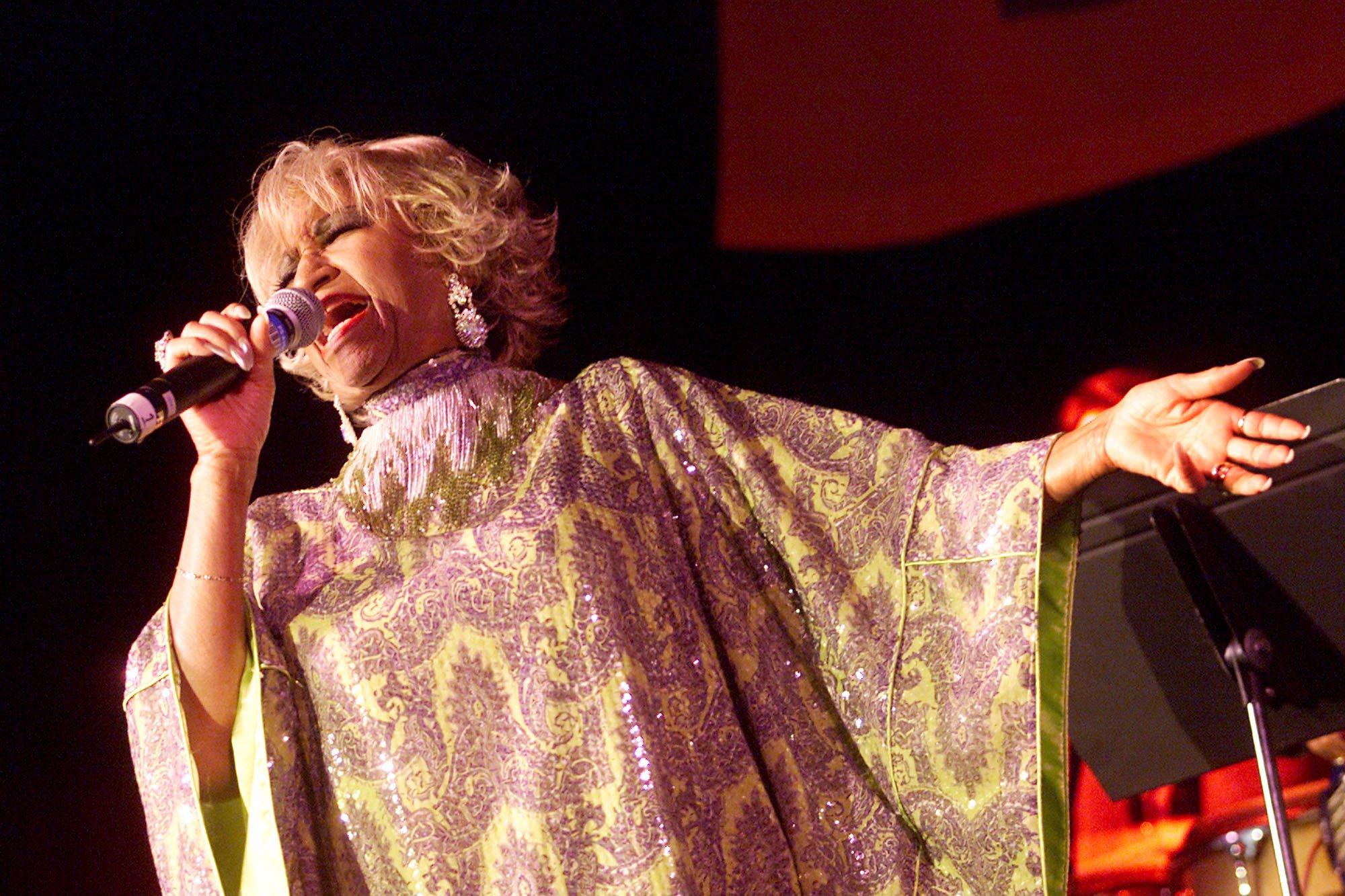 """Celia Cruz en el """"Concierto Para Los Héroes"""" en Los Ángeles, California en septiembre de 2001, dedicado a las familias de bomberos y oficiales fallecidos en el 11S en Nueva York    Fuente: Getty Images"""