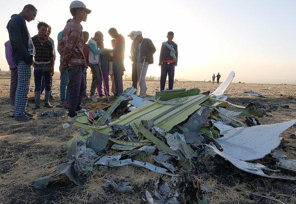 Hombres y jóvenes inspeccionan electrónicos recuperados de los restos del avión. Fuente: Getty Images/Global Images Ukraine