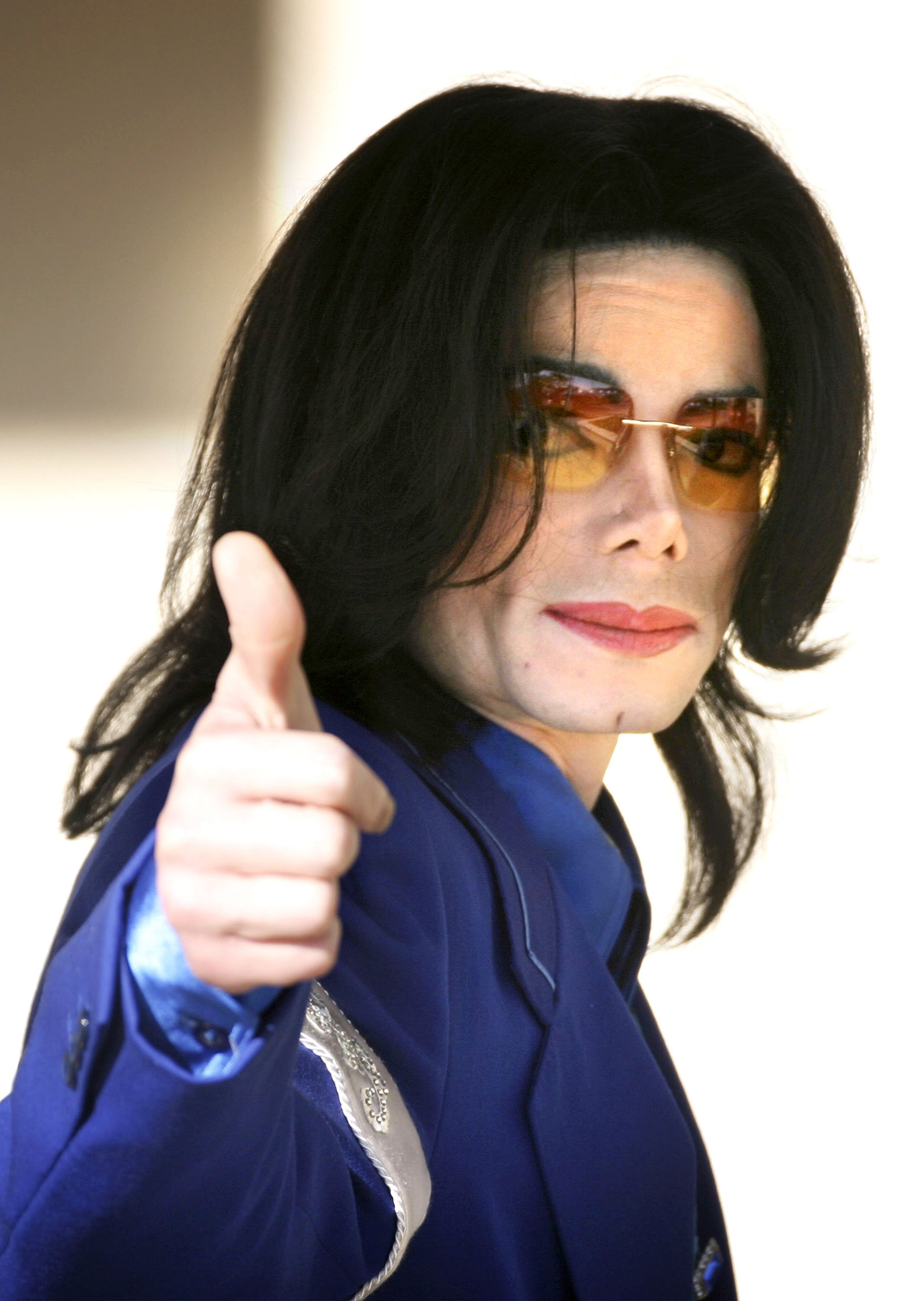 Michael Jackson gestures to fans as he enters the Santa Barbara County Courthouse for his child molestation trial March 16, 2005. | Photo: GettyImages