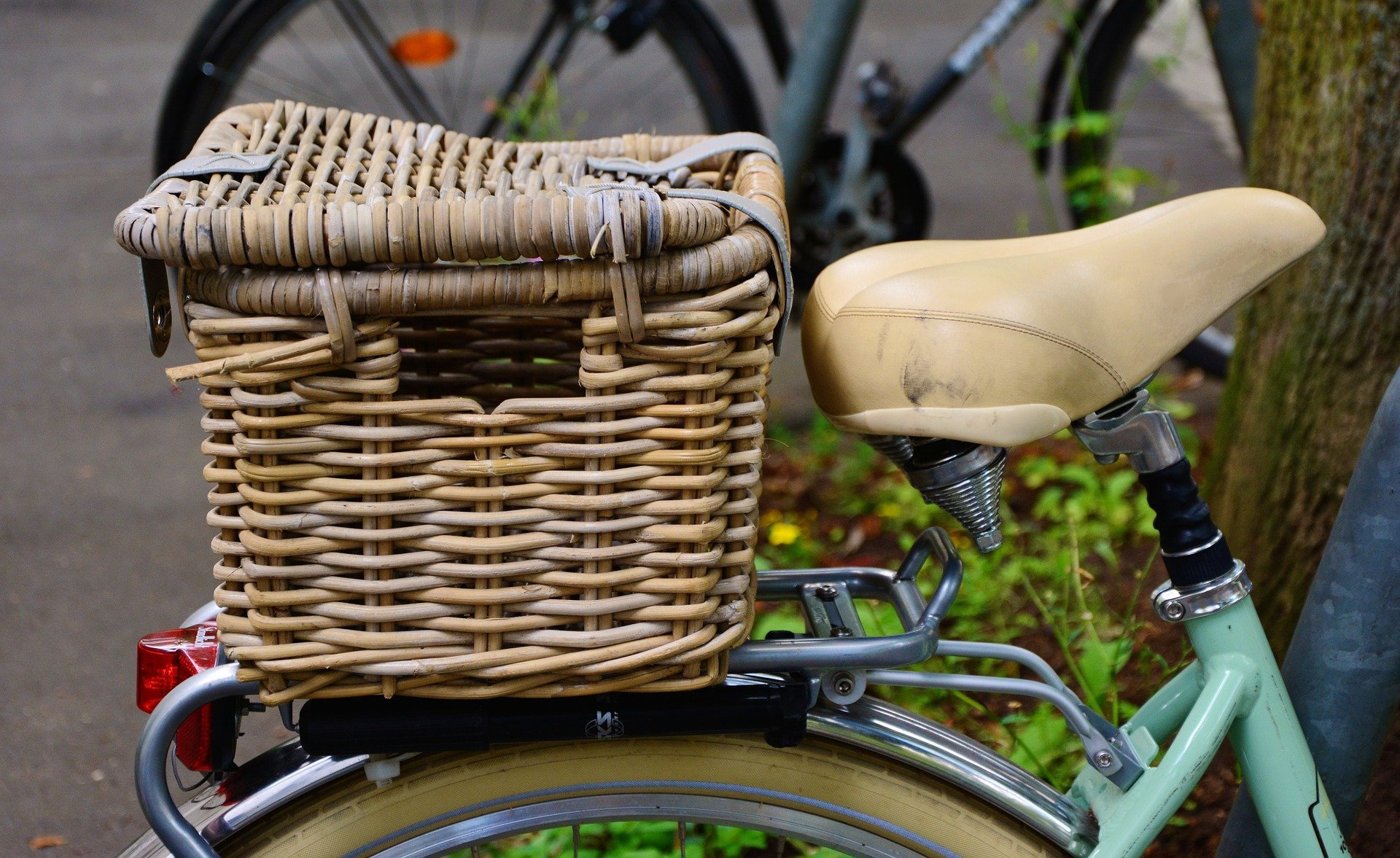 A bicycle with a basket attached   Photo: Pixabay/congerdesign