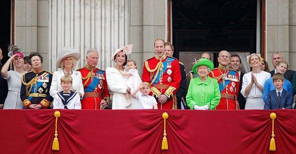 La Reina Elizabeth II junto a sus hijos, nietos y bisnietos.   Fuente: Getty Images