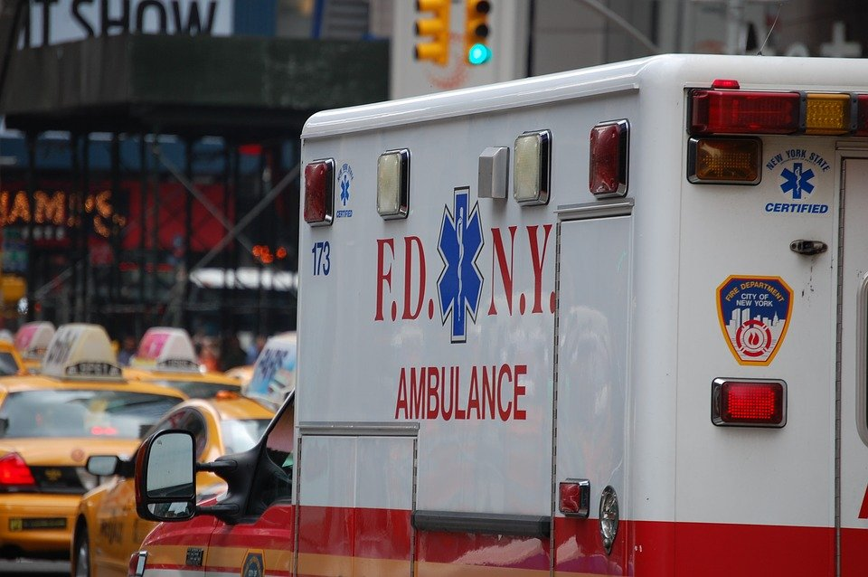 Un ambulance qui traverse la rue | Photo : Pixabay