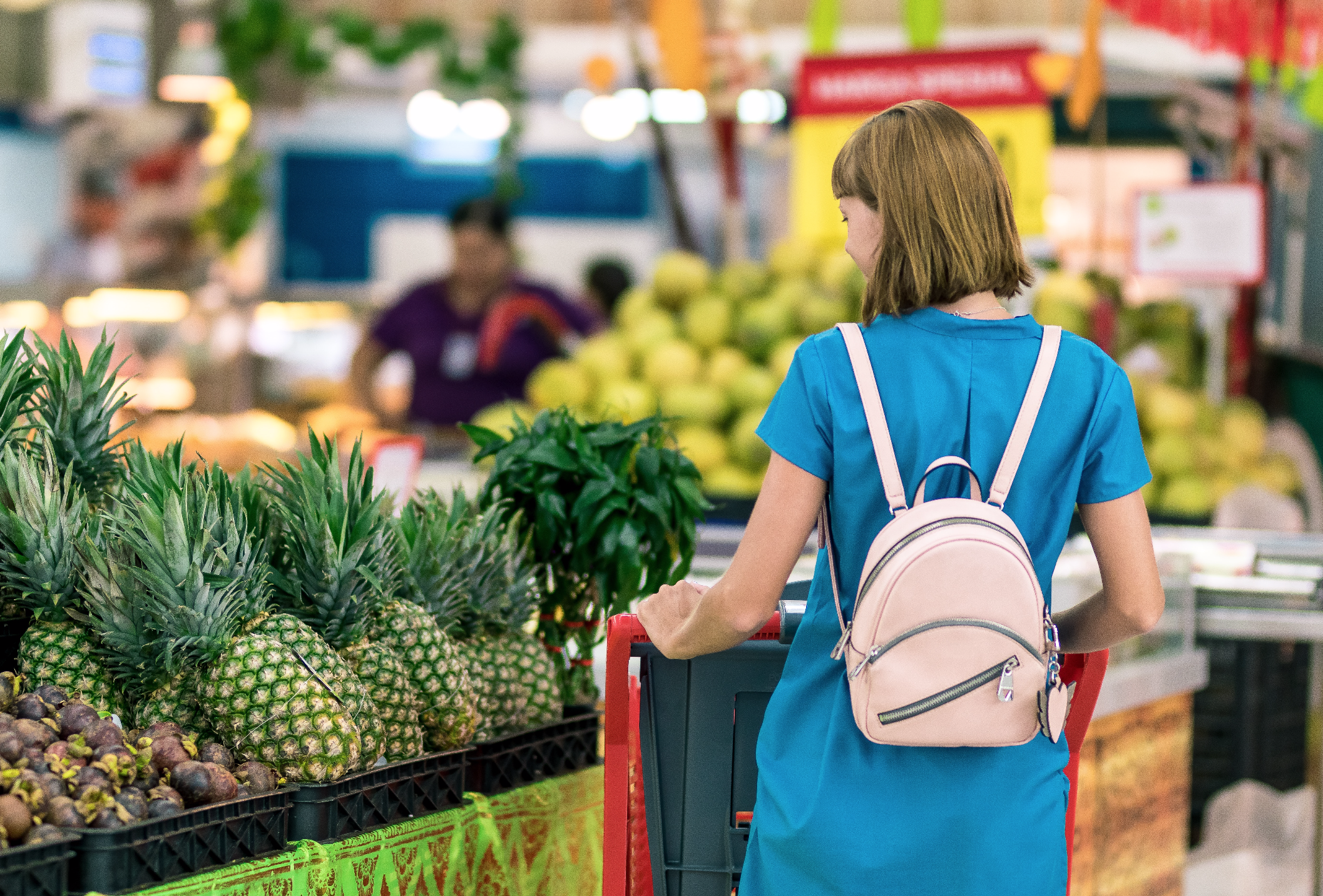 A woman at a grocery store. | Source: Pexels