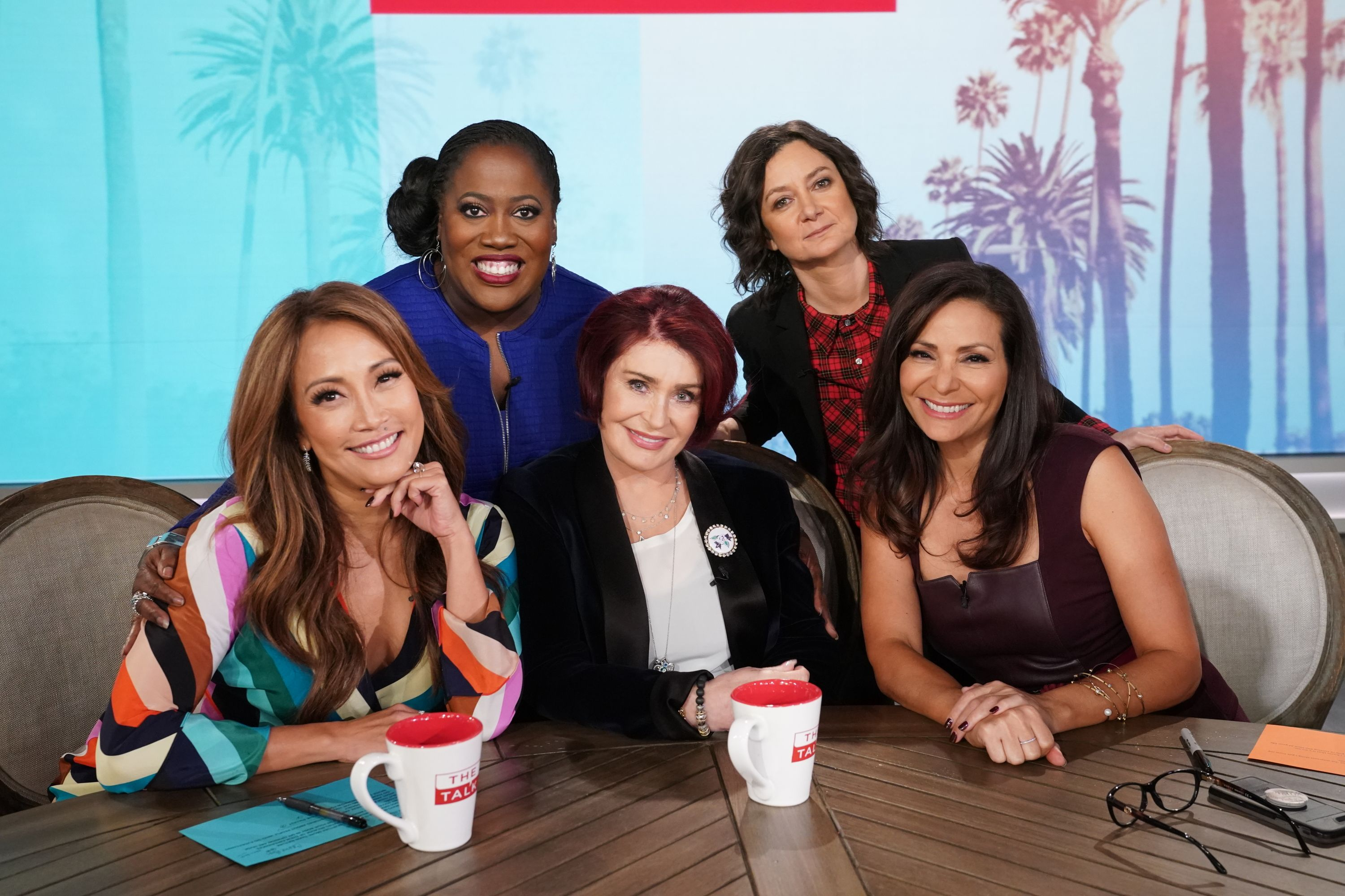 """Sheryl Underwood, Carrie Ann Inaba, Sharon Osbourne, Constance Marie, and Sara Gilbert on the set of """"The Talk"""" in November 2018   Source: Getty Images"""