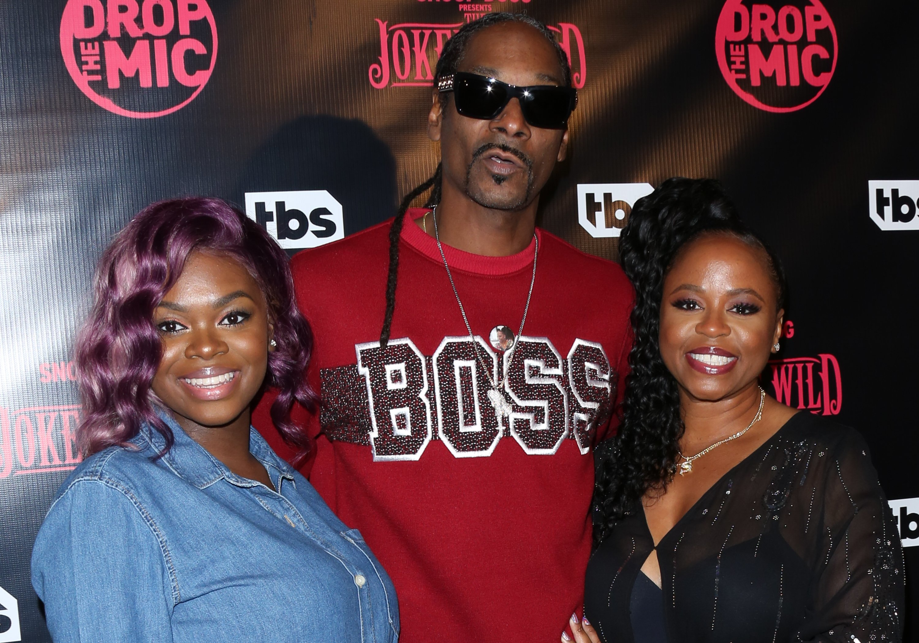 """Cori Broadus, Snoop Dogg, and Shante Broadus at TBS's """"Drop The Mic"""" and """"The Joker's Wild"""" premiere on October 11, 2017. 