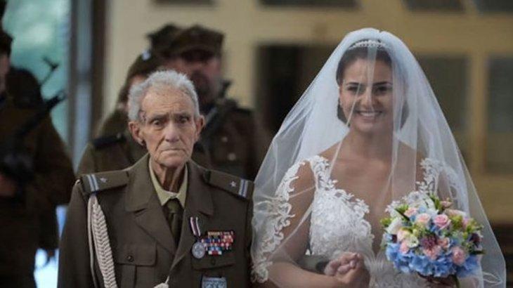 Un vétéran de la Seconde Guerre Mondiale et sa petite fille marchant vers l'Autel | Source: World Wardings
