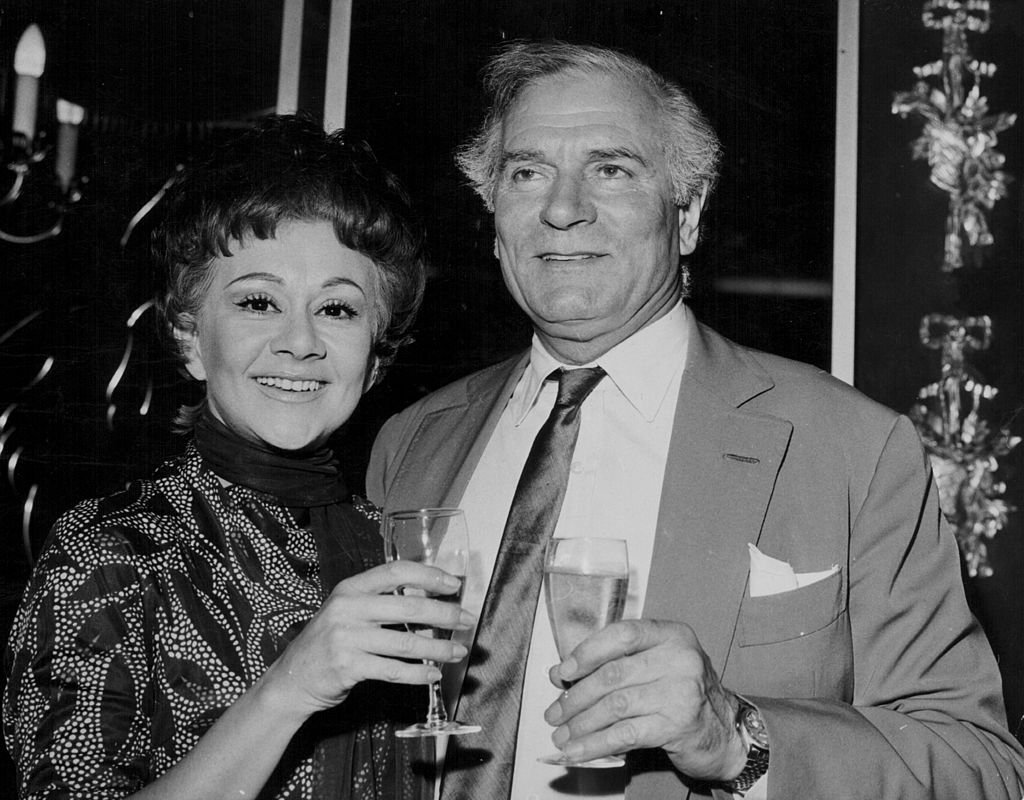Laurence Olivier and Joan Plowright, toasting with champagne in celebration of his peerage, at the Cambridge Theatre, June 13th 1970 | Photo: Getty Images