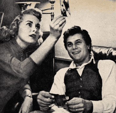 Janet Leigh and Tony Curtis in 1954 issue of Photoplay. | Source: Wikimedia Commons