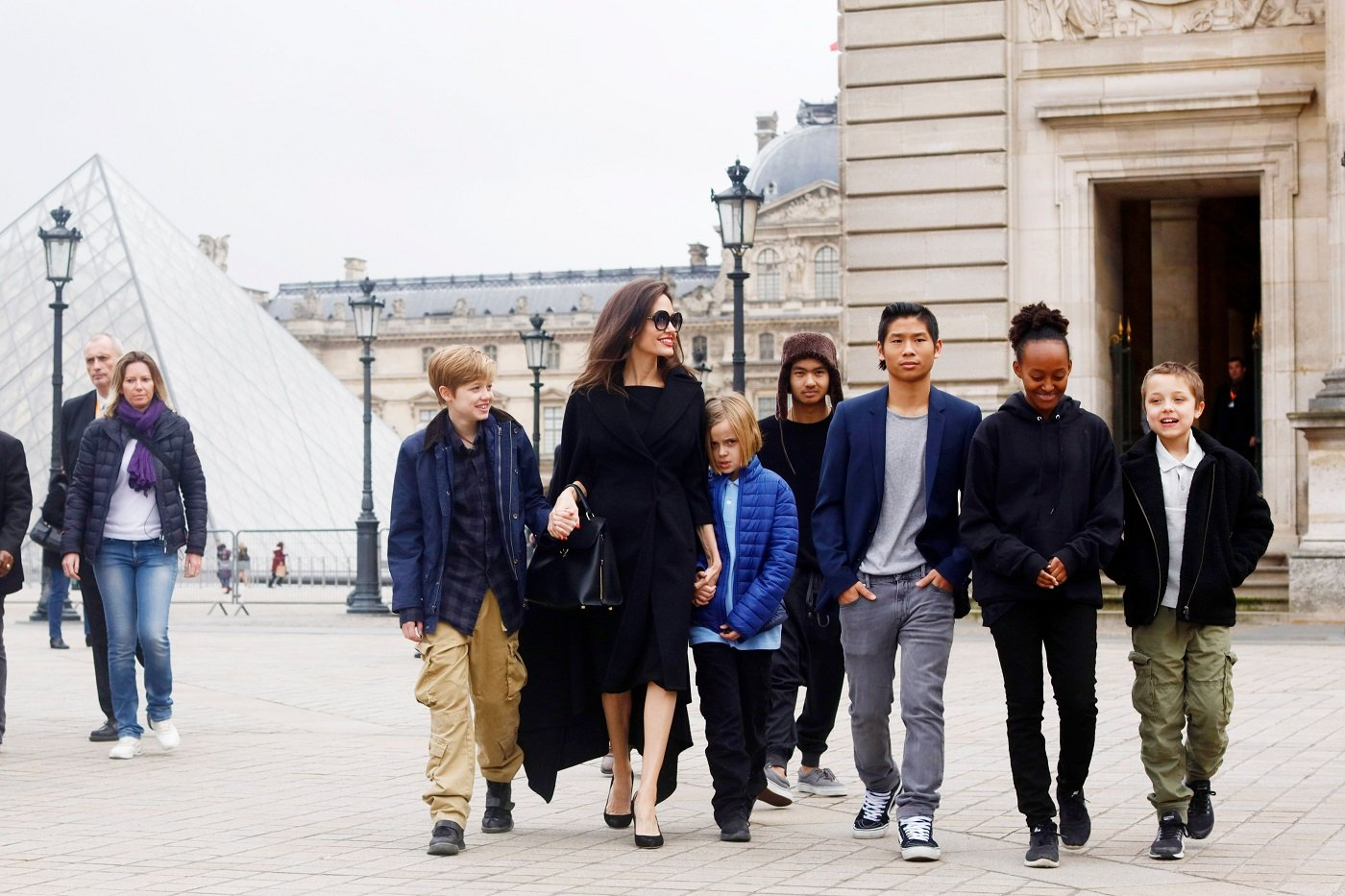Angelina Jolie with Shiloh, Maddox, Vivienne Marcheline, Pax Thien, Zahara Marley, and Knox Leon Jolie-Pitt visit the Louvre in Paris, France, on January 30, 2017 | Photo: Mehdi Taamallah/NurPhoto/Getty Images