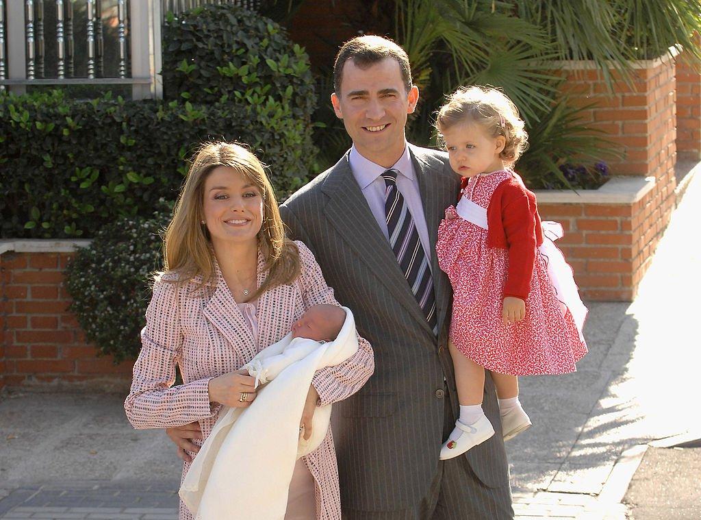 Felipe VI y Letizia junto a sus hijas, Leonor y Sofía saliendo de la Clínica Ruber el 4 de mayo de 2007 en Madrid.   Foto: Getty Images