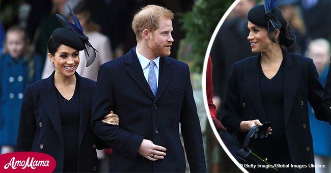 Meghan Markle met son ventre de femme enceinte en valeur dans une robe bleue marine très chic pour son second Noël avec la famille royale