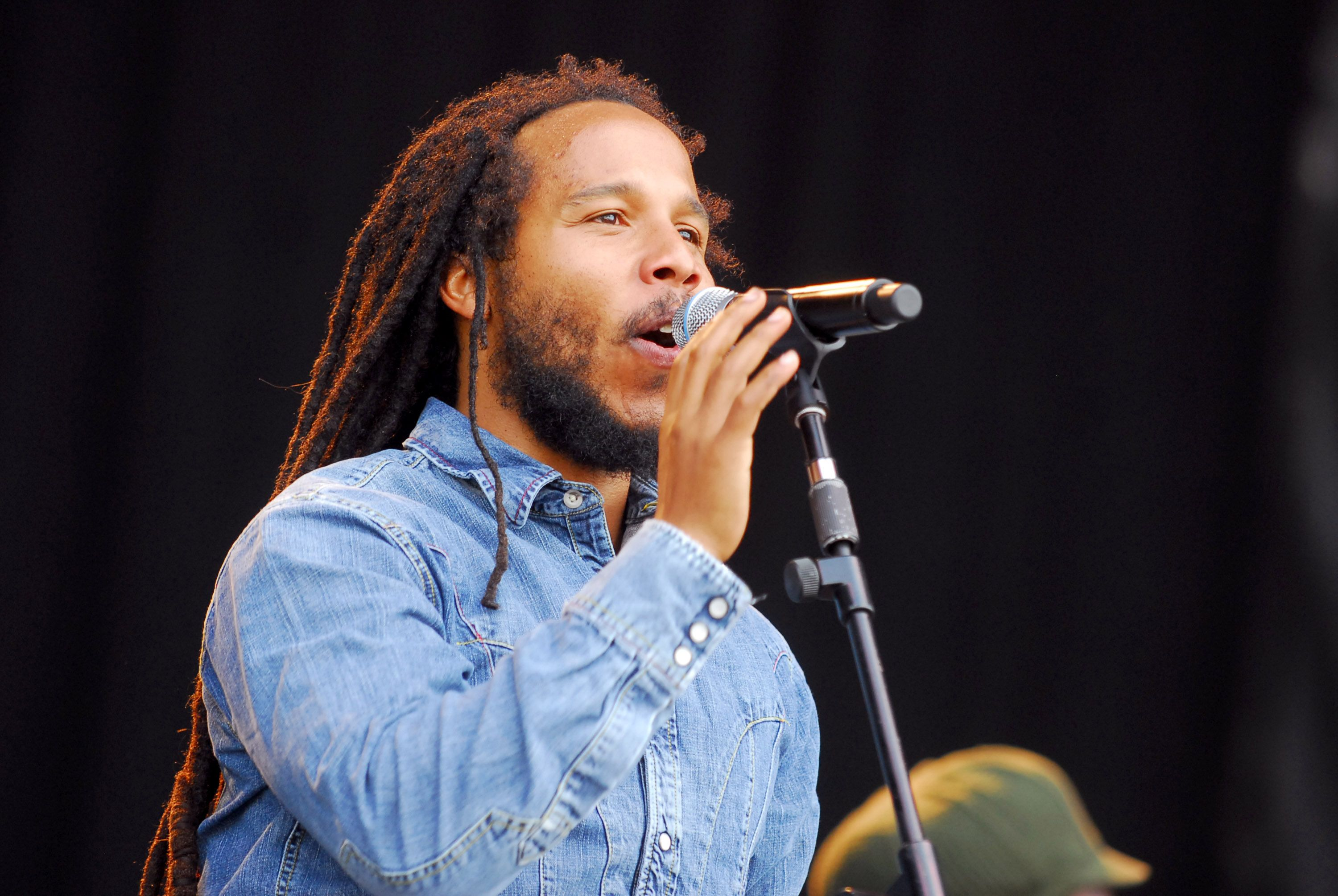 Ziggy Marley sings in Manchester, Tennessee, at the Bonnaroo Music and Arts Festival in 2007. | Photo: Getty Images