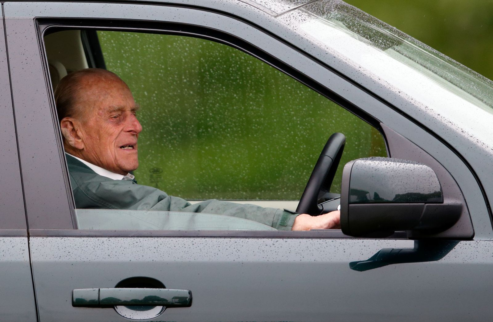 Le prince Philip au volant de sa Lange Rover | Photo : Getty Images