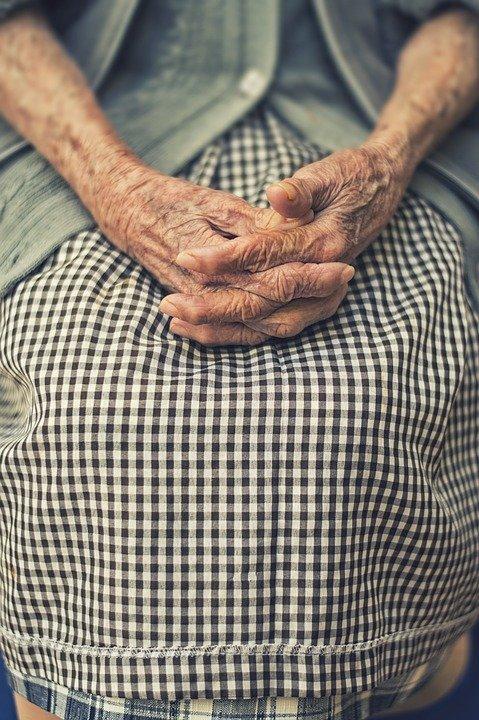 Main d'une femme âgée. | Photo : Pixabay