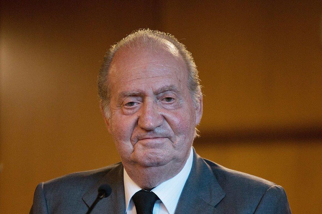 El rey Juan Carlos de España asiste al Hospital Clínico después de un choque de trenes que mató al menos a 80 personas el 25 de julio de 2013 en Santiago de Compostela, España. | Imagen: Getty Images