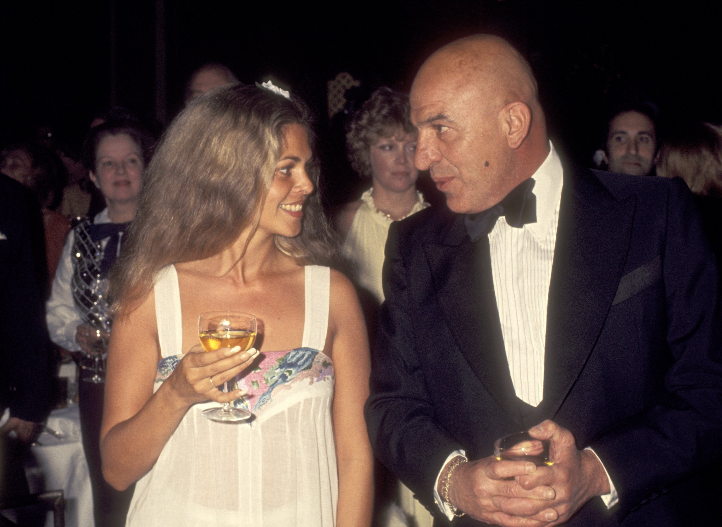 Telly Savalas and girlfriend Sally Sheridan at The White Cliff of Dover Appeal Dinner on May 6, 1977 | Photo: Getty Images