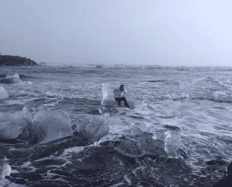Abuela siendo llevada por la corriente. Fuente: Twitter/Xiushook
