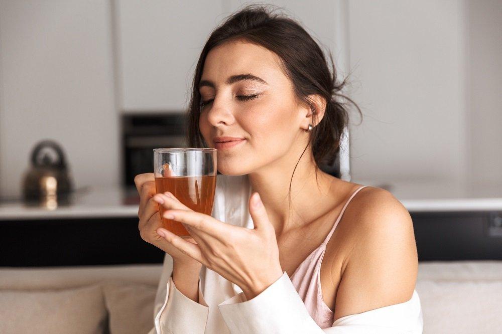 Mujer con vaso en la mano. Fuente: Shutterstock