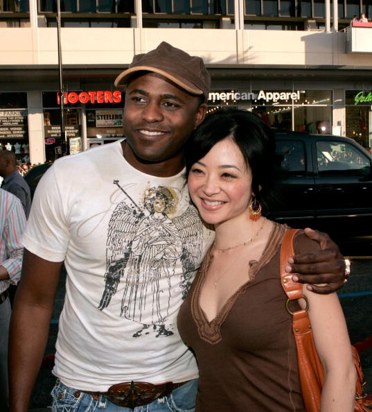 Wayne Brady and Mandie Taketa at the Grauman's Chinese Theatre on June 12, 2006 in Hollywood, California. | Photo: Getty Images