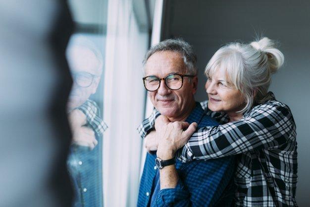Älteres Paar umarmt sich - Quelle: Freepik