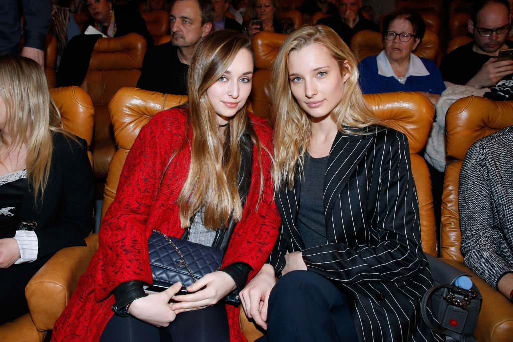 Emma Smet et sa sœur Ilona Smet assistent au concert de Sylvie Vartan au Grand Rex le 16 mars 2018 à Paris, France. | Photo : Getty Images.