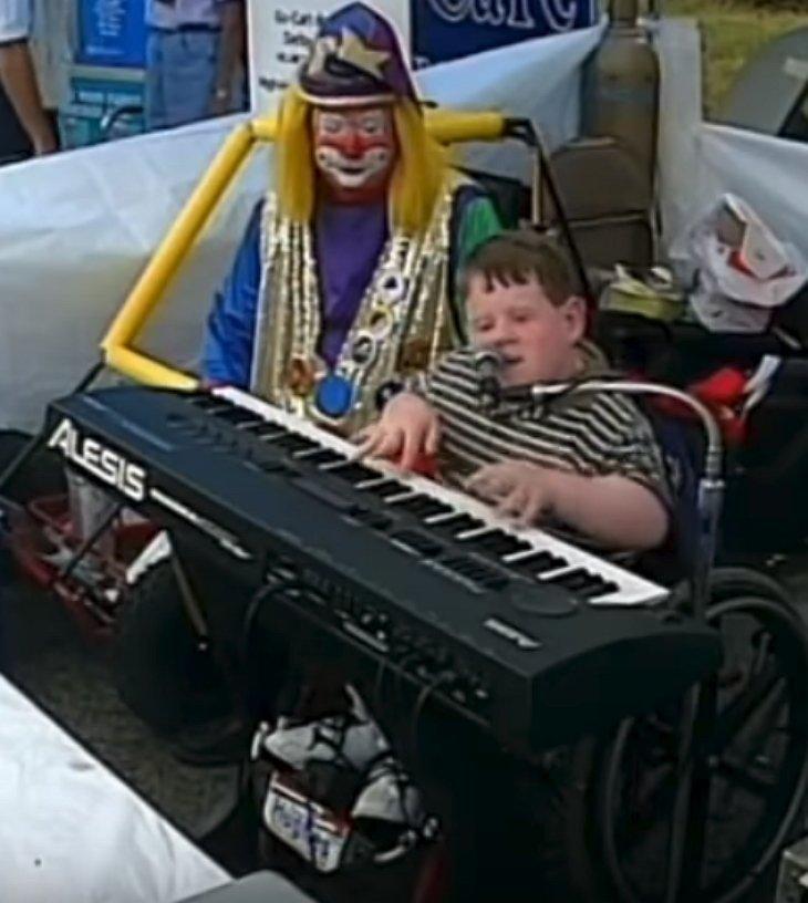Patrick jouant du piano en public. l Source: YouTube/Dawn's Heartfelt Corner