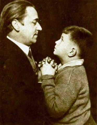 Noah Beery, Sr. and his son Noah Beery, Jr. on March 30, 1922 | Source: Wikimedia Commons