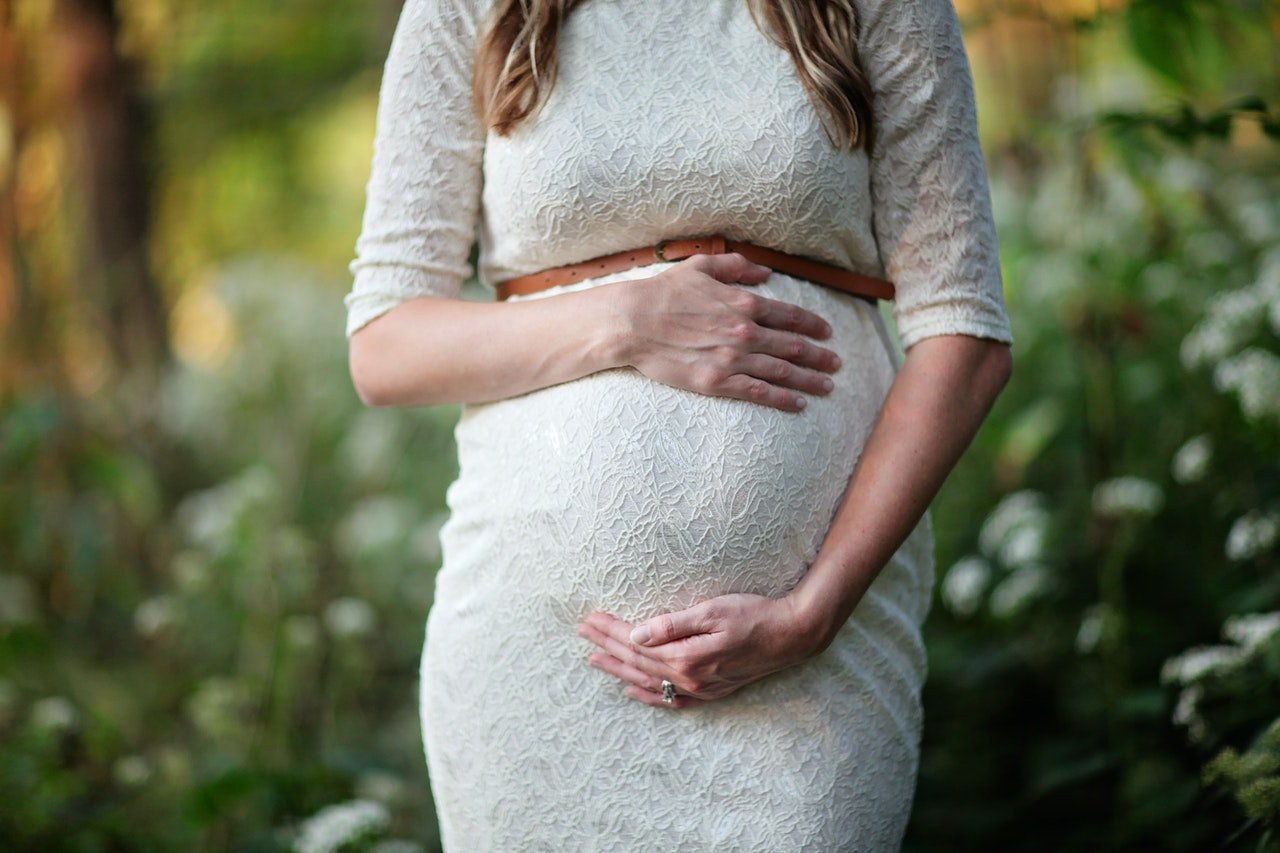 Pregnant woman holding her tummy   Photo: Pexels