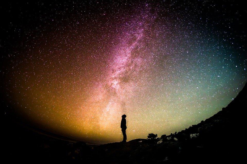 Toma de la silueta de una persona con vista a las estrellas y la Vía Láctea. | Imagen: Pixabay