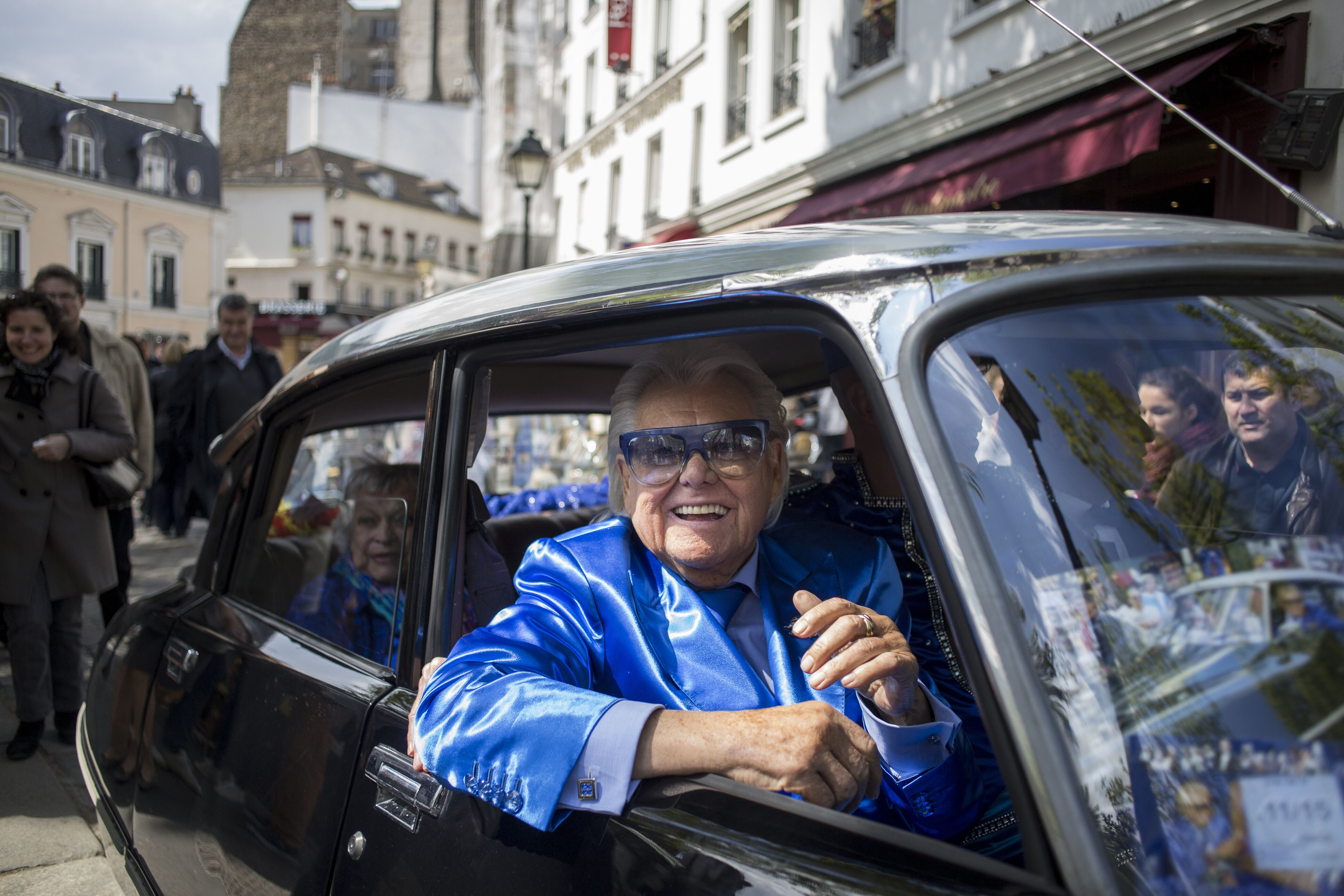 Michou arrive au Michou Day flashMob à Paris, avec un code vestimentaire bleu, le 19 avril 2014. | Photo : Getty Images