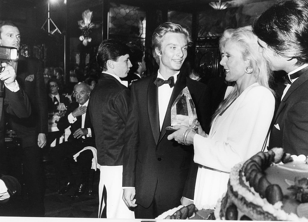 Sylvie Vartan, David hallyday et Tony Scotti au restaurant de Maxim a Paris, en 1984. | Getty Images