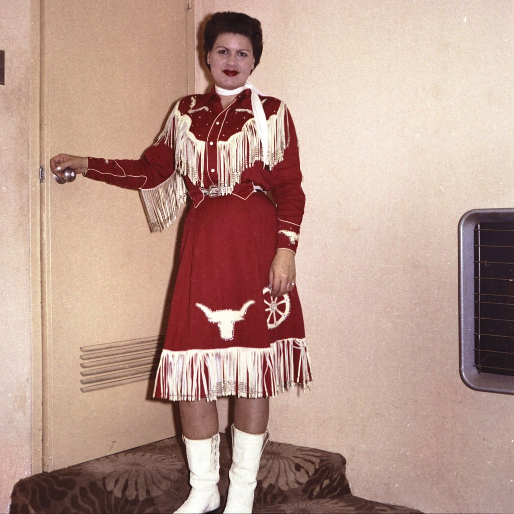Patsy Cline poses backstage at the Riverside Ball Room in Phoenix in 1960 | Photo: Getty Images
