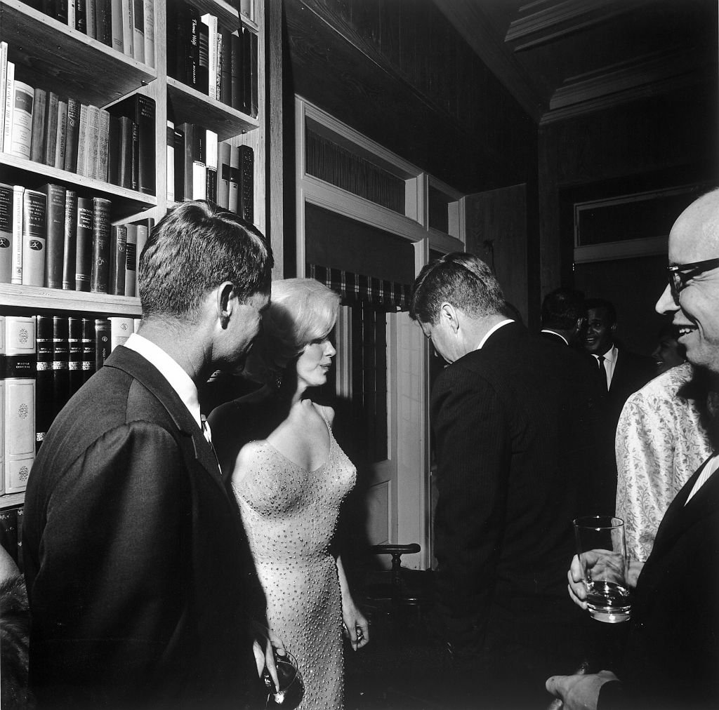 Während einer Party im Haus des Filmmanagers Arthur Krim steht die amerikanische Schauspielerin Marilyn Monroe zwischen Robert Kennedy (links) und John F. Kennedy, New York, 19. Mai 1962. (Foto von Cecil Stoughton / The LIFE Images Collection ) I Quelle: Getty Images