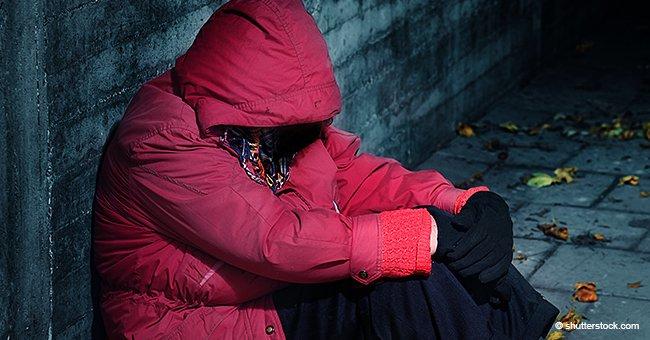 Mujer de 61 años trabajando tiempo completo dormía en cabina telefónica: no podía pagar alquiler