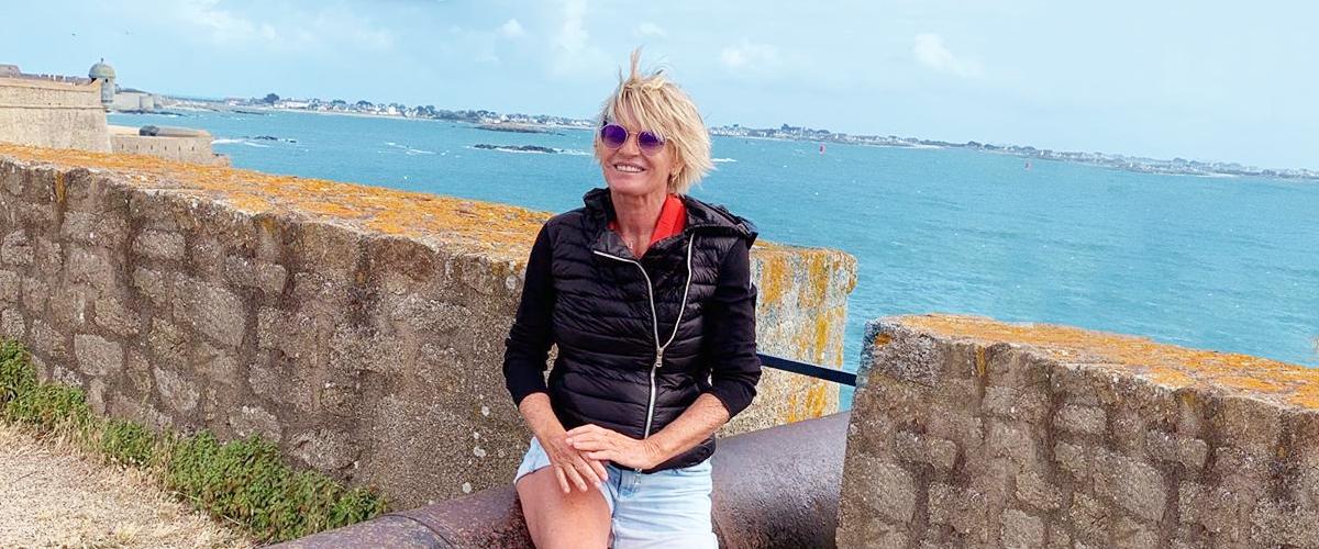 Sophie Davant provoque une réaction excessive des fans avec une nouvelle photo de vacances montrant ses bras et ses jambes nus.
