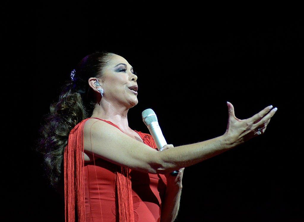 Isabel Pantoja interpretando una de sus canciones.  Imagen tomada de: Getty Images/Global Images Ukraine