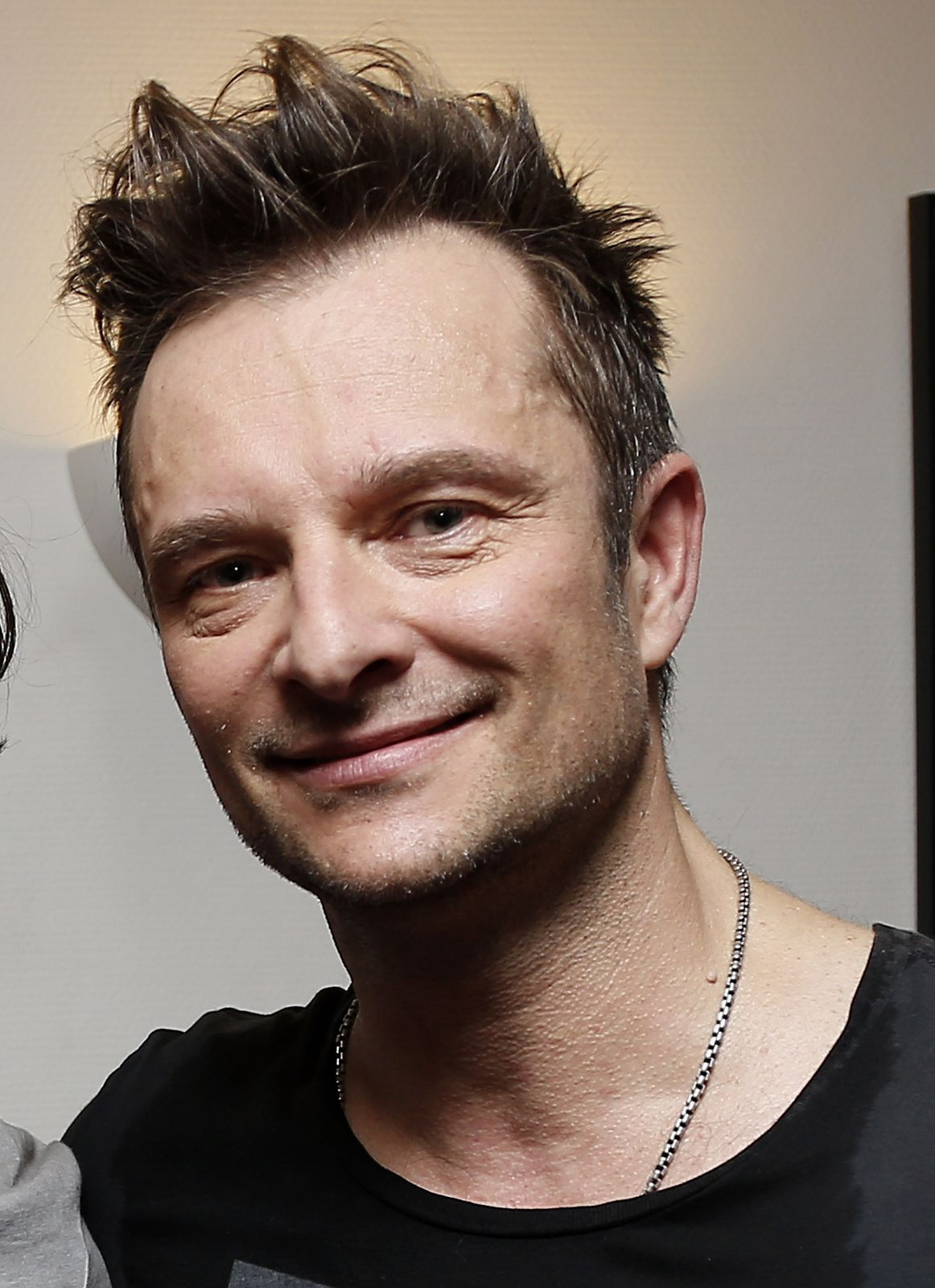 David Hallyday se produisent en direct au Théâtre Comedia à Paris, France. | Photo : Getty Images