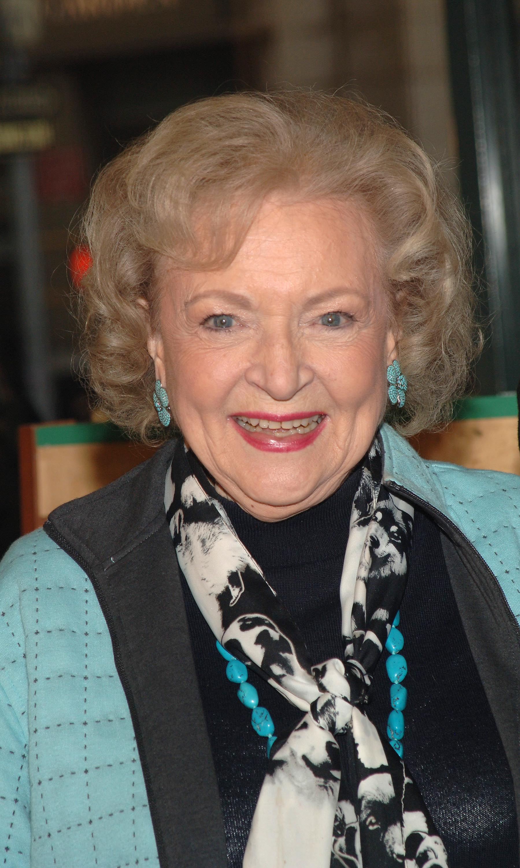 "Betty White signs copies of ""The Golden Gilrs Season 3"" DVD at Barnes & Noble. 