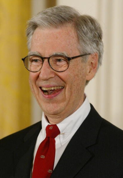 Fred Rogers at the White House, July 9, 2002 in Washington, DC | Photo: Getty Images