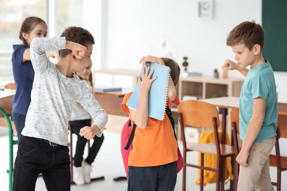 Un enfant harcelé par ses camarades de classe | Photo : Shutterstock