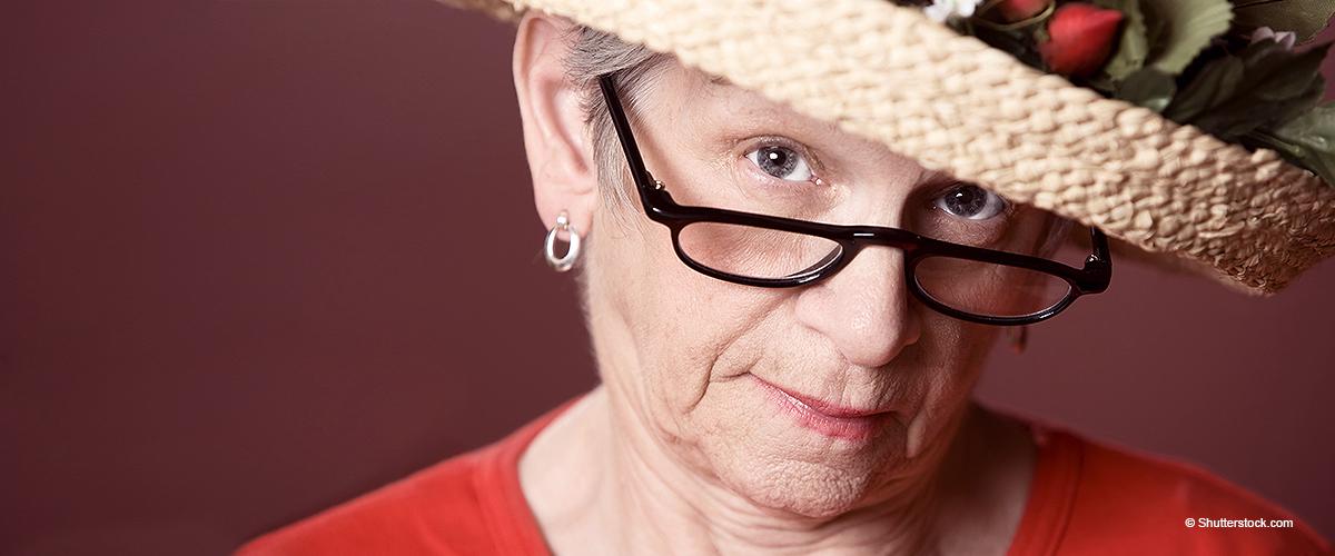 Kassiererin verspottet die alte Dame an der Supermarktkasse für ihre Tasche
