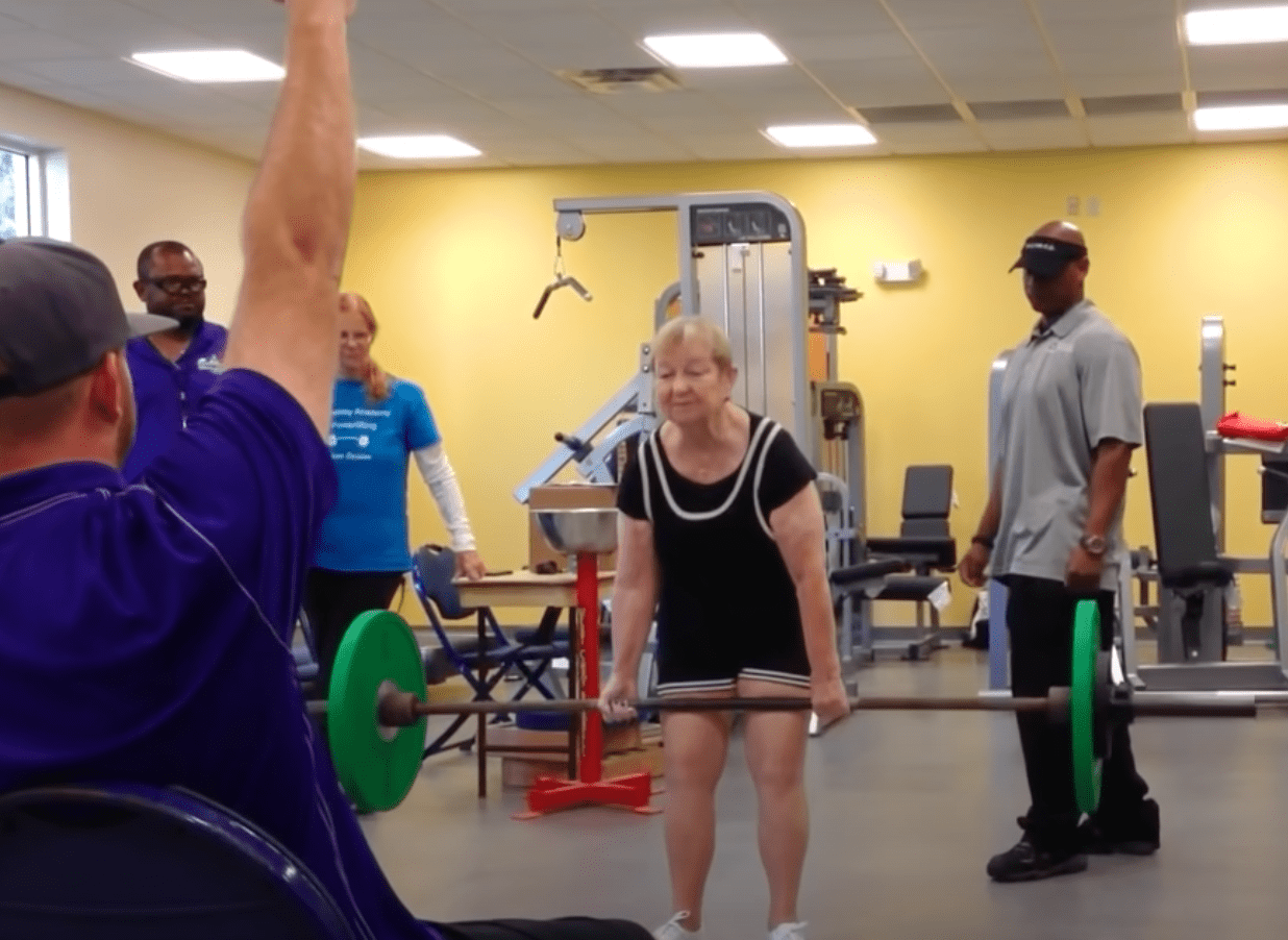 Woman who is 100 lifts bars and is honored as a record holder for powerlifting   Photo: Youtube/Guinness World Records