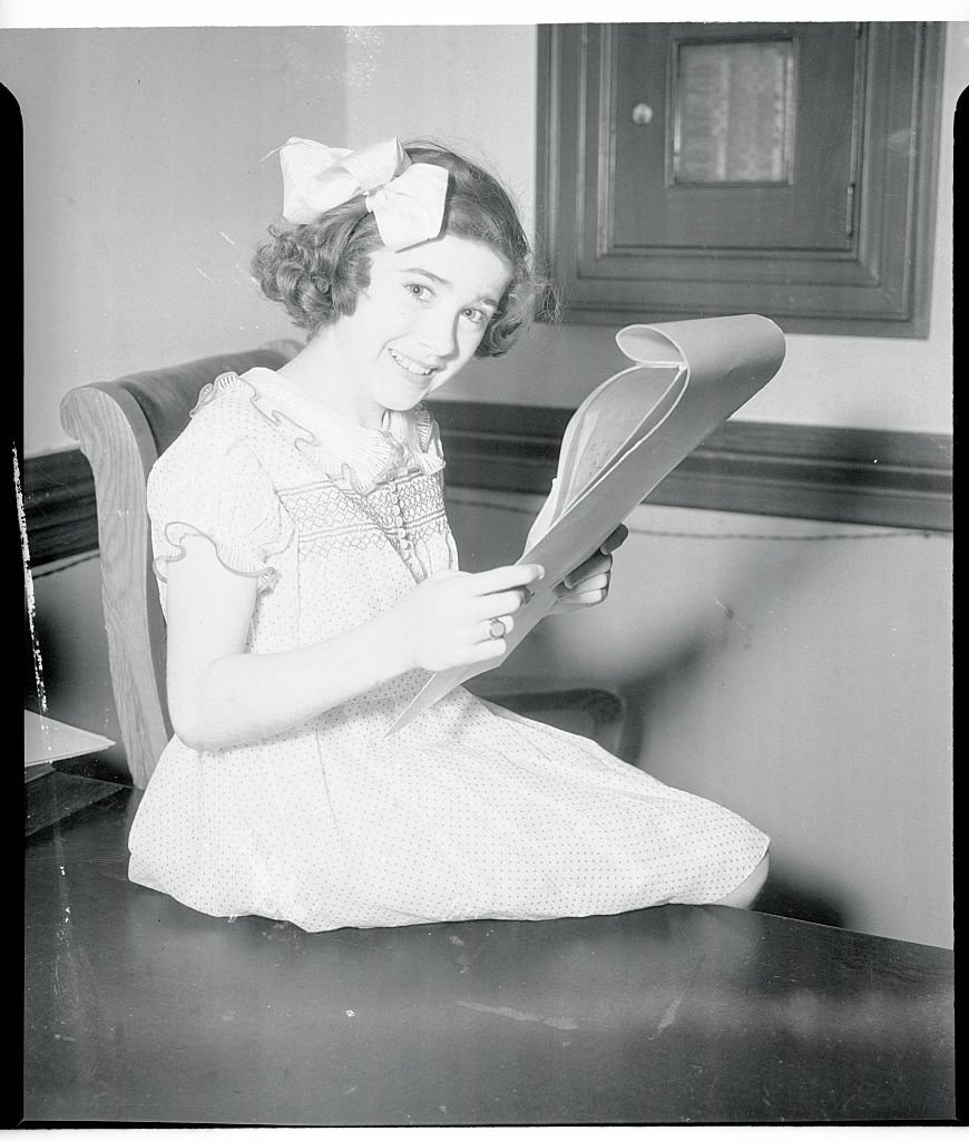 Edithe Fellows looks over her contract with Columbia Studios on August 02, 1935 | Photo: Getty Images
