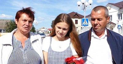 Yulia después de reunirse con su madre y el padre que la perdió cuando se quedó dormido en un viaje en tres desde Minsk a Asipovich. | Foto: Youtube/МВД Республики Беларусь