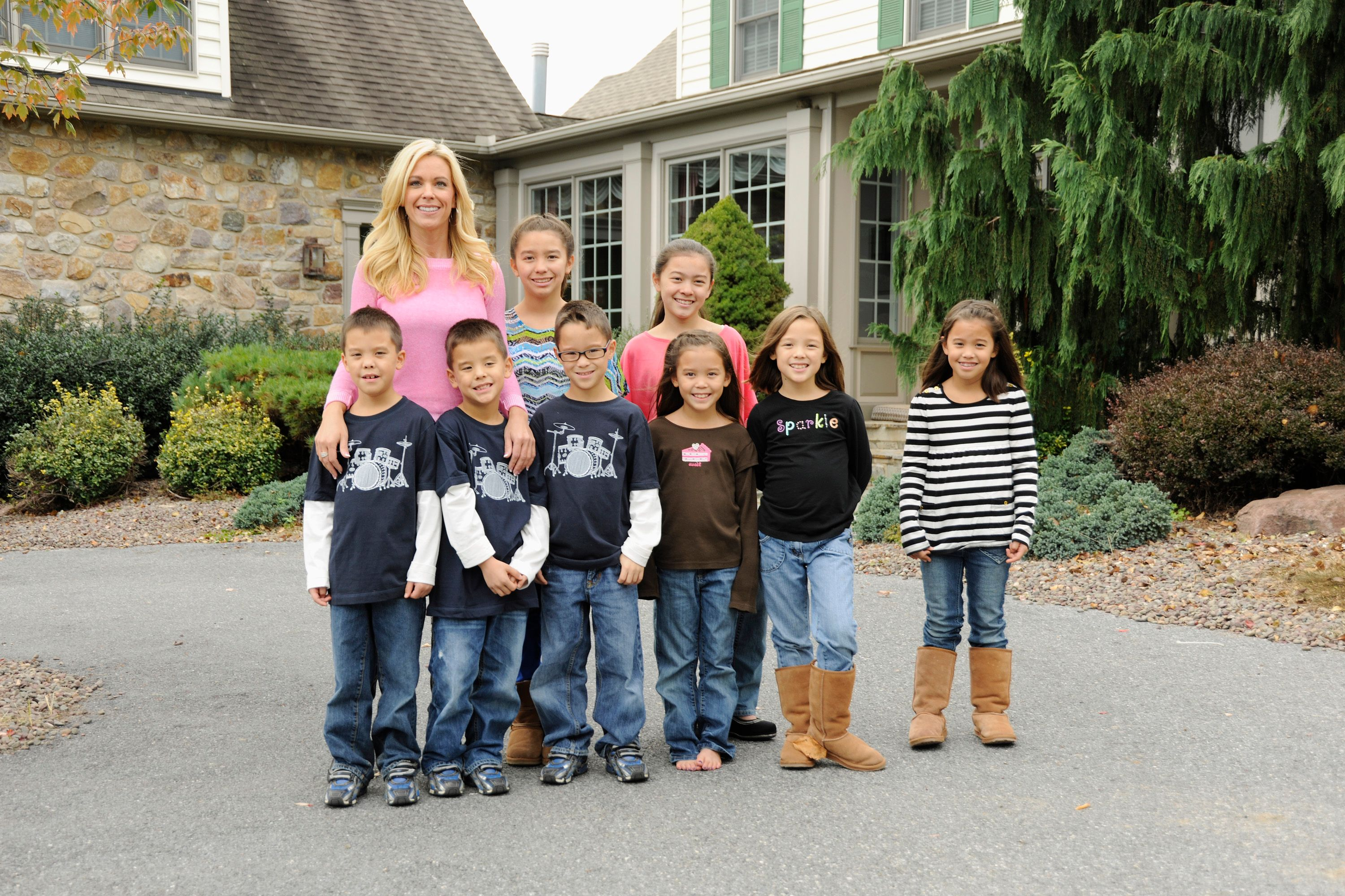 Kate Gosselin with all eight of her children -- the sextuplets, and the twins in 2012 | Source: Getty Images
