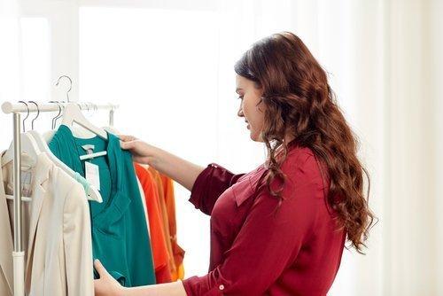 Frau sucht nach Kleidung   Quelle: Shutterstock